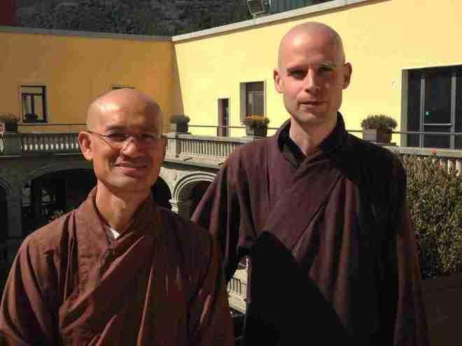 Monjes budistas aconsejan disminuir el consumo diario de noticias_Phap Luu y Phap Lieu[1]-