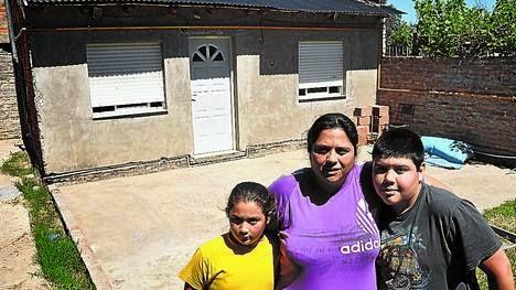 Un hombre compra la casa de una mujer desalojada y se la devuelve