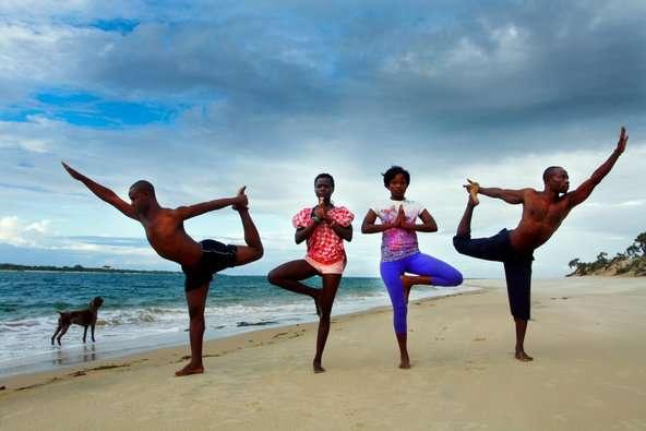 Yoga en África una iniciativa para mejorar la calidad de vida de niños y mujeres-04