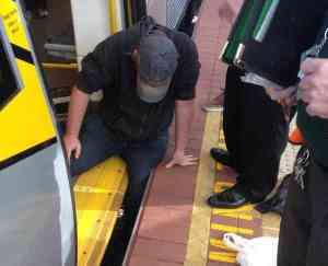 Así es cómo el poder de la gente ayuda a liberar a un hombre atrapado en el metro-viaje hacia si mismo
