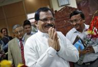 El nuevo ministro indio responsable del departamento de Ayurveda, Yoga y Homeopatía, Shripad Naik, saluda a periodistas mientras llega a su oficina en Nueva Delhi