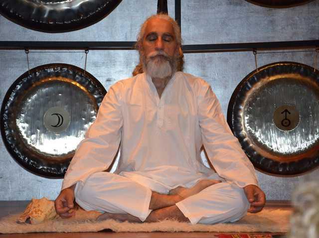 Vikrampal Singh Baño de Gong. Terapia con los sonidos del cosmos